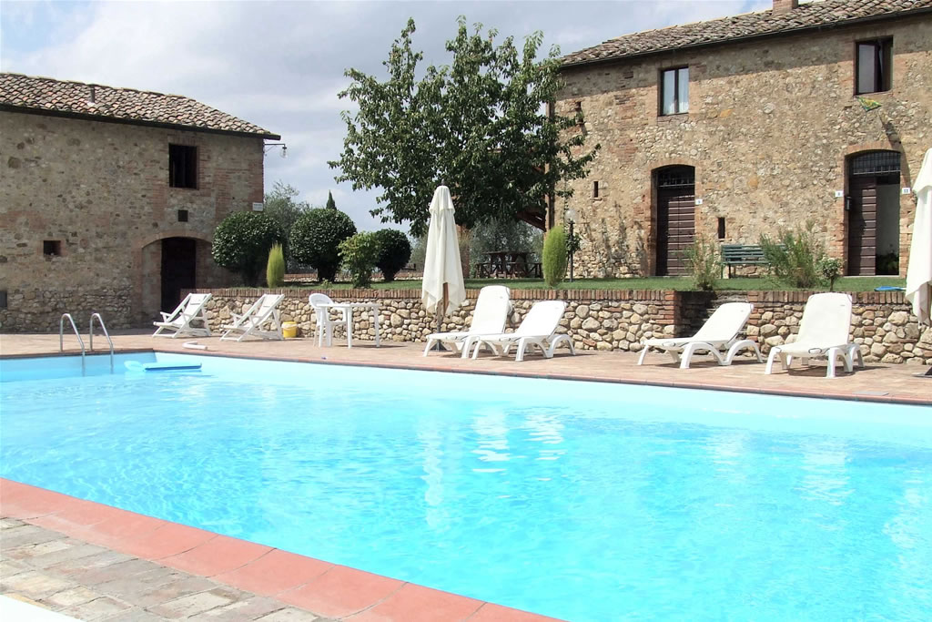 Nuotare fra le colline del chianti in toscana a monaciano - Agriturismo con piscina toscana ...