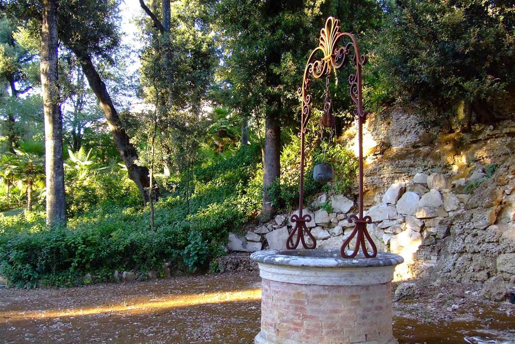 Parco in toscana nel chianti la linonaia - Pozzi da giardino ...